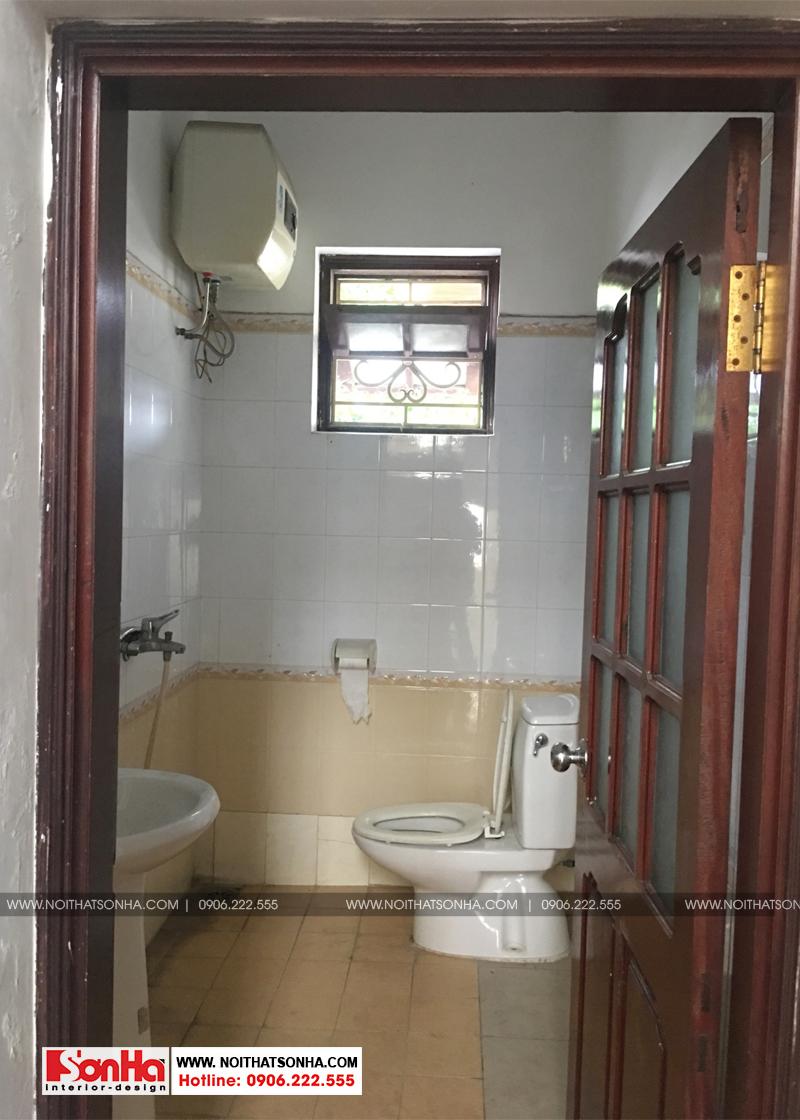 Còn đây là hiện trạng phòng tắm và vệ sinh đã cũ rích của ngôi biệt thự này