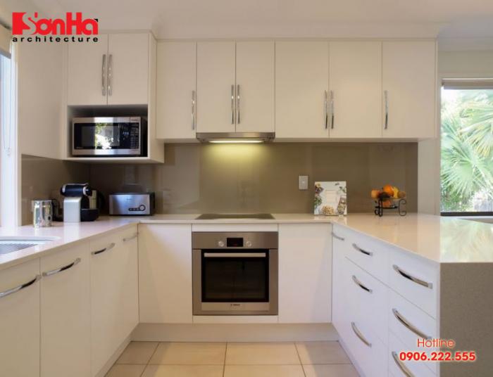 Tủ bếp chữ U gồm ba bề mặt cùng lối vào thông với khoảng nấu nướng ở giữa