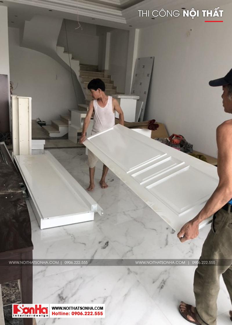Những người thợ Nội thất Sơn Hà đang tập trung đồ nội thất lắp phòng ngủ