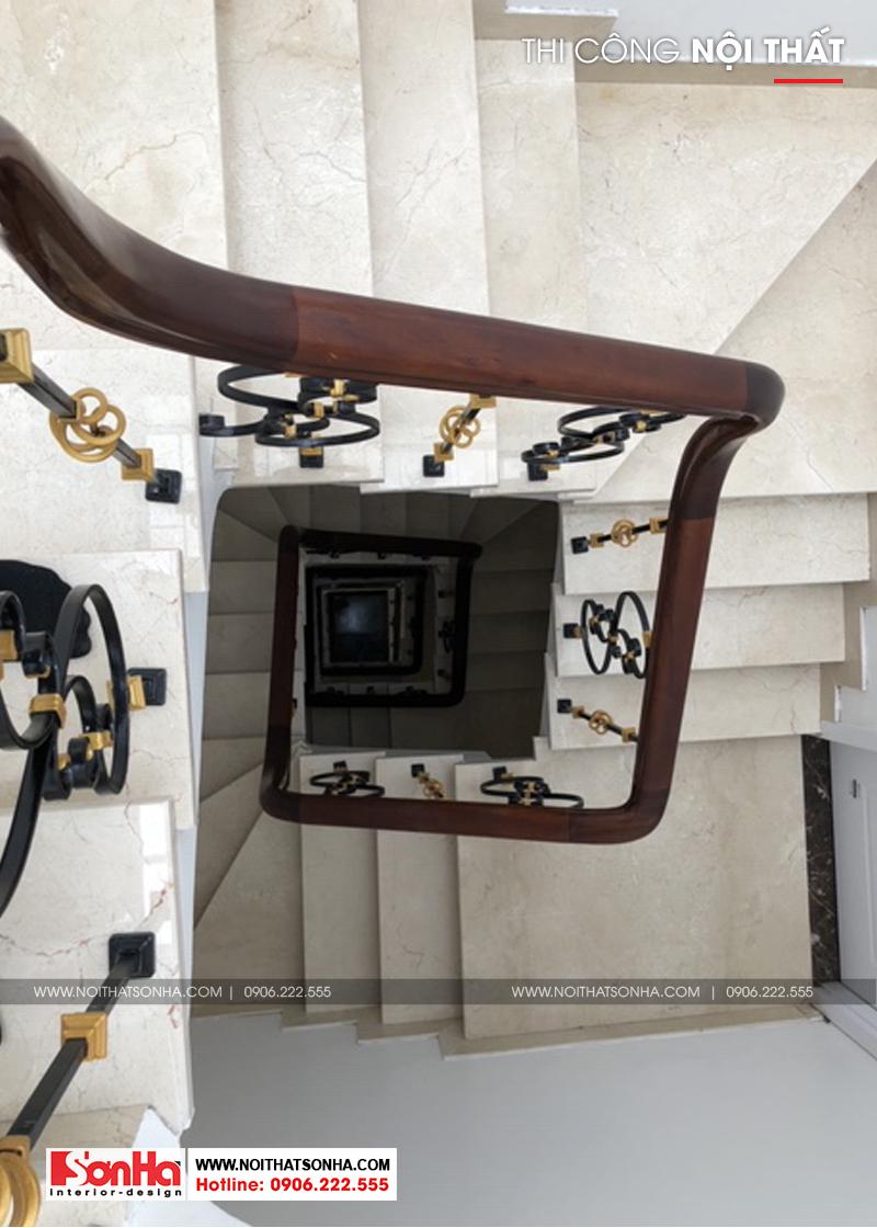 Cầu thang tay vịn gỗ lát đá với tạo hình bắt mắt