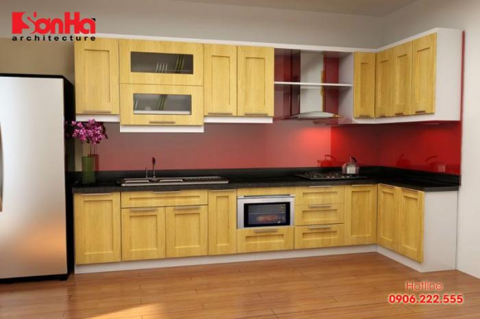Màu vàng nhạt cùng đường vân gỗ đẹp tự nhiên mang lại vẻ sang trọng cho căn bếp