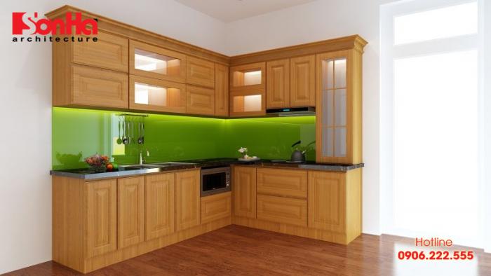 Tủ bếp chữ L được làm từ gỗ sồi Nga giúp làm đẹp thêm cách trang trí bếp