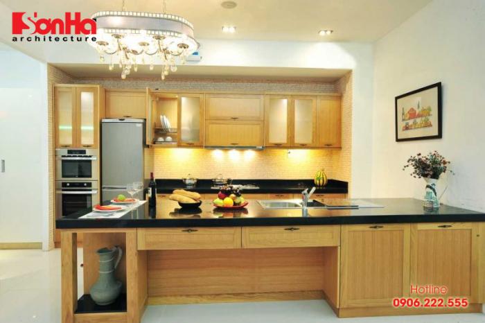 Bếp được bố trí giản dị nhưng khá ấn tượng với nội thất gỗ