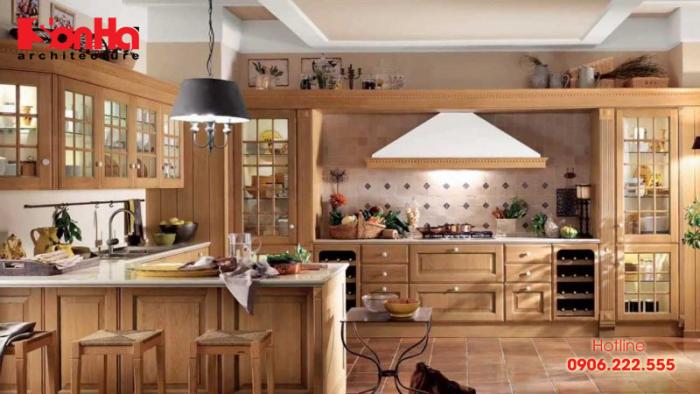 Không gian bếp ăn ấn tượng được phủ toàn nội thất gỗ tự nhiên