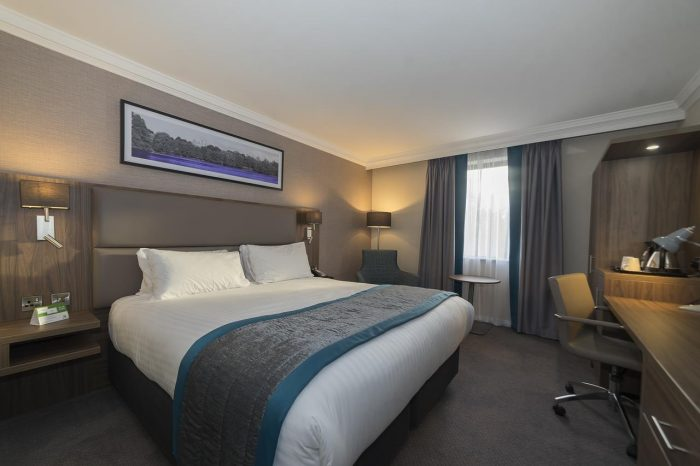 King size bed là loại giường cỡ lớn cao cấp thường chỉ được bố trí tại phòng Deluxe và Suite