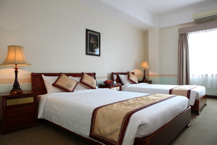 So với Double bed, Queen bed có kích thước bề ngang lớn hơn tạo cảm giác rộng rãi hơn
