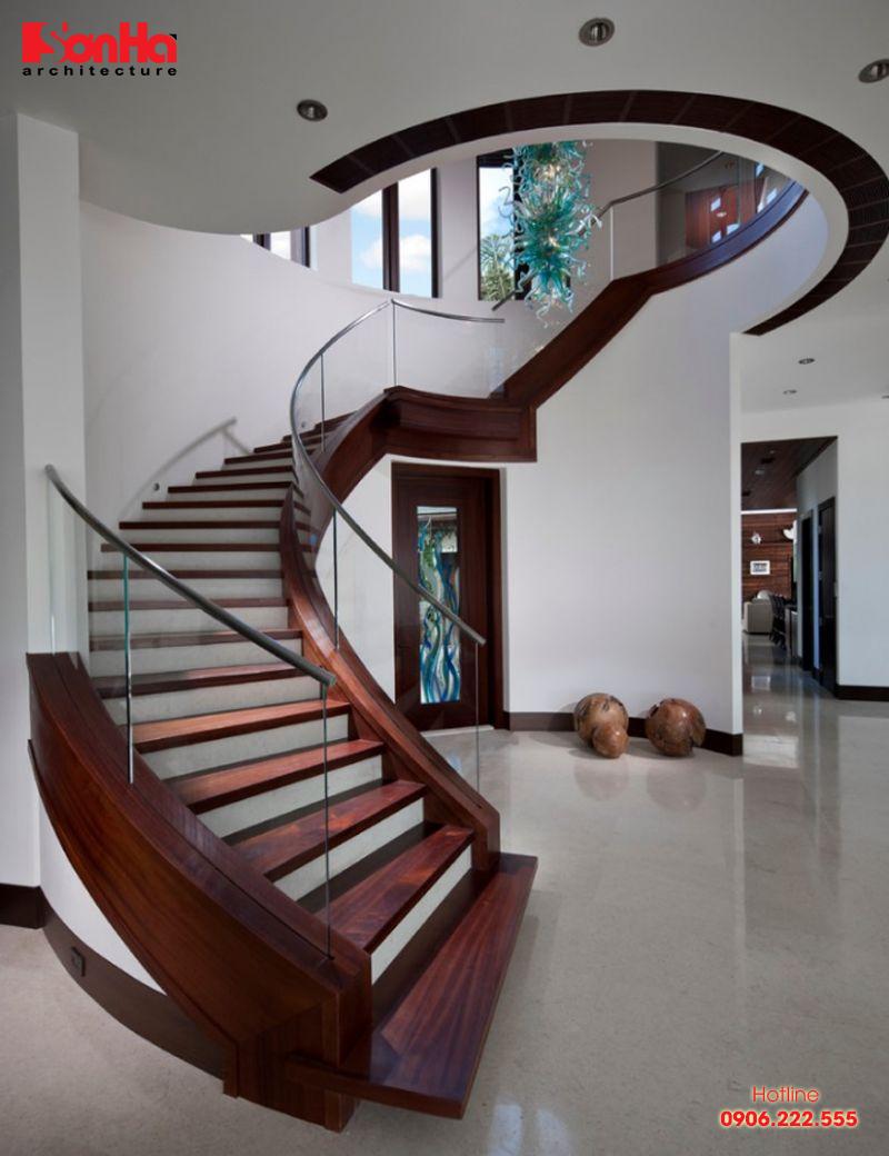 Cầu thang gỗ kết hợp tay vịn kính đẹp mắt từ mọi góc nhìn