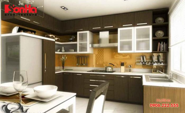 Thiết kế nhà bếp đẹp với tủ bếp gọn gàng bằng gỗ cùng vật dụng ngăn nắp