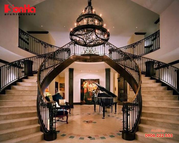 Vị trí tốt nhất dành cho cầu thang là nó vuông góc với phương vị của cửa chính