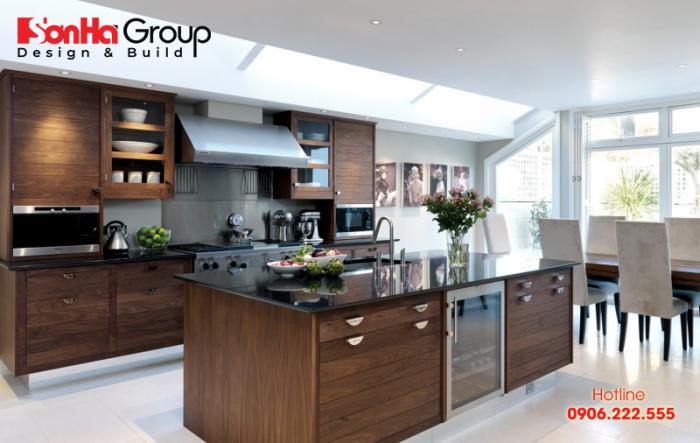 Bộ tủ bếp và bàn đào bằng gỗ óc chó tự nhiện cho không gian bếp ăn sang trọng