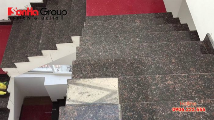 Đá hoa cương nhân tạo còn được sử dụng để ốp cầu thang