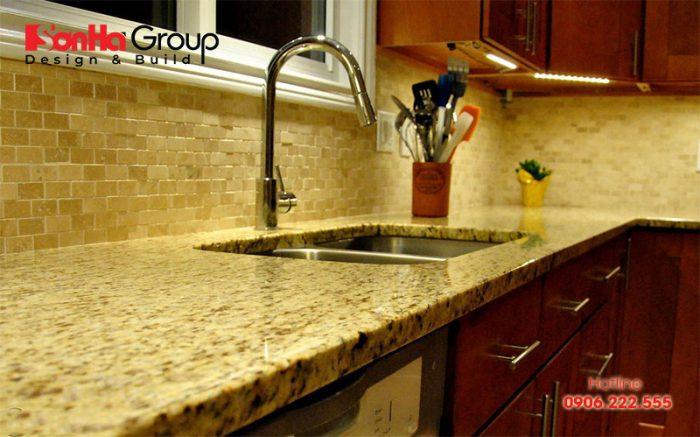 Mặt bếp ốp đa hoa cương nhân tạo khiến không gian nội thất thêm đẹp