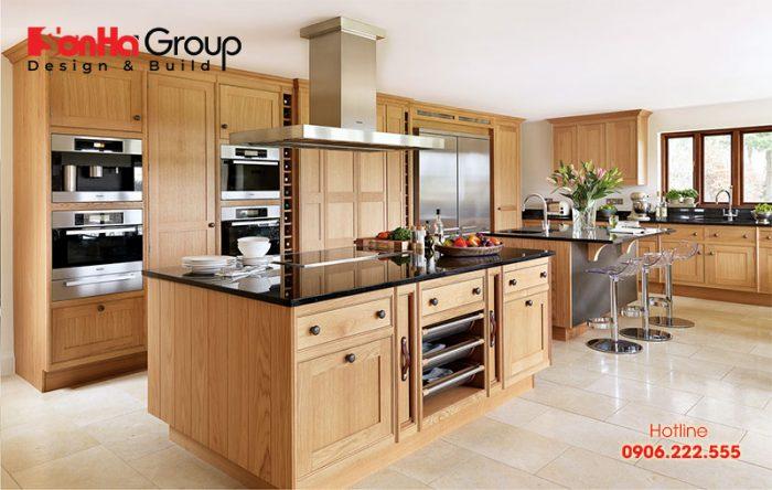 Bộ tủ bếp đẹp được làm từ gỗ sồi Mỹ tạo ra cảm giác hài hòa với ánh sáng tự nhiên